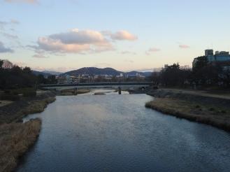 Bờ sông trên đường đến trường