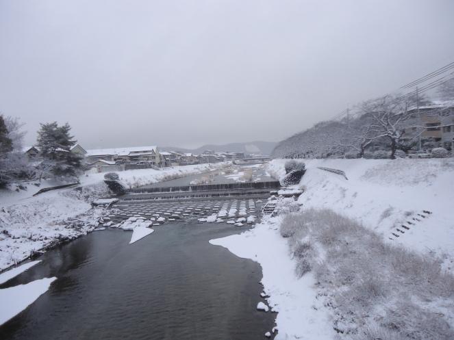 Bờ sông phủ tuyết vào mùa đông